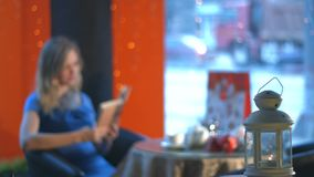 Ragazza con un libro in un caffè archivi video