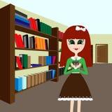 Ragazza con un libro nella biblioteca Immagini Stock