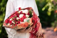Ragazza con un mazzo dei fiori dalle rose fotografie stock libere da diritti