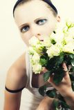 Ragazza con un mazzo delle rose bianche Immagini Stock