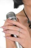 Ragazza con un microfono Fotografie Stock