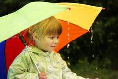 Ragazza con un ombrello nella pioggia Immagine Stock Libera da Diritti