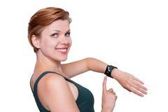 Ragazza con un orologio astuto di Internet isolato su bianco immagine stock