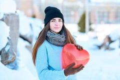 Ragazza con un pallone sotto forma di un cuore in mani Giorno del `s del biglietto di S immagini stock