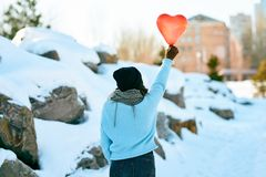Ragazza con un pallone sotto forma di un cuore in mani Giorno del `s del biglietto di S fotografia stock