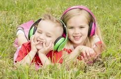 Ragazza con un ragazzo in cuffie che ascolta la musica Immagine Stock