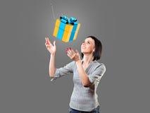 Ragazza con un regalo Fotografia Stock Libera da Diritti