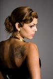 Ragazza con un tatuaggio sulla sua spalla Immagini Stock Libere da Diritti