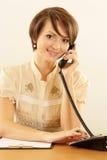 Ragazza con un telefono su un beige Fotografia Stock Libera da Diritti