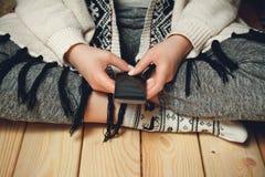 Ragazza con un telefono in sue mani Fotografia Stock