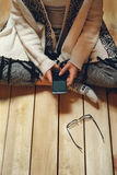 Ragazza con un telefono in sue mani Immagini Stock