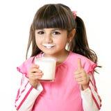 Ragazza con un vetro di latte Fotografie Stock Libere da Diritti