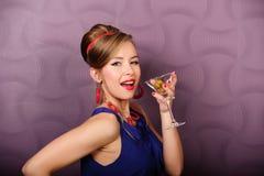 Ragazza con un vetro di martini Fotografia Stock Libera da Diritti