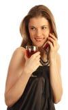 Ragazza con un vetro di vino che comunica sul telefono Fotografia Stock Libera da Diritti