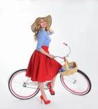Ragazza con una bicicletta in un retro stile Immagini Stock