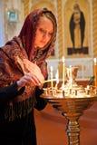 Ragazza con una candela. Immagine Stock