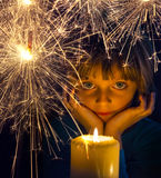 Ragazza con una candela e una stella filante Immagine Stock Libera da Diritti