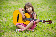 Ragazza con una chitarra Fotografie Stock Libere da Diritti