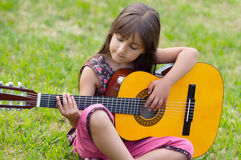 Ragazza con una chitarra Immagini Stock