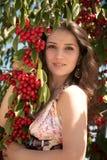 Ragazza con una ciliegia Fotografia Stock