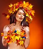 Ragazza con una corona dei fogli di autunno sulla testa. Fotografie Stock