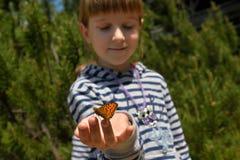 Ragazza con una farfalla Fotografie Stock Libere da Diritti