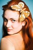 ragazza con una farfalla dorata Fotografia Stock