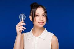 Ragazza con una lampadina Immagini Stock