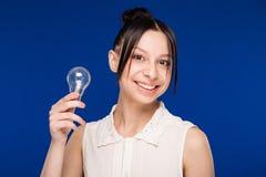 Ragazza con una lampadina Fotografia Stock