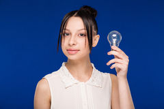 Ragazza con una lampadina Immagini Stock Libere da Diritti