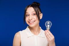 Ragazza con una lampadina Fotografie Stock