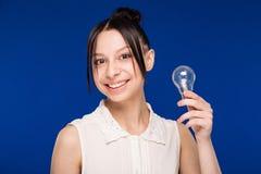 Ragazza con una lampadina Fotografia Stock Libera da Diritti