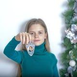 Ragazza con una luce di Natale Immagine reiterativa Fotografie Stock Libere da Diritti