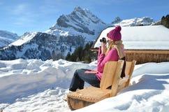 Ragazza con una macchina fotografica in alpi svizzere Fotografia Stock