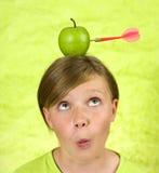 Ragazza con una mela sulla sua testa Fotografia Stock Libera da Diritti