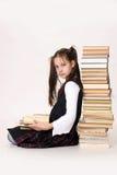 Ragazza con una pila di libri Fotografia Stock Libera da Diritti
