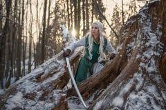 Ragazza con una spada in sua mano fotografia stock libera da diritti