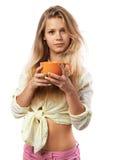 Ragazza con una tazza arancio Fotografie Stock Libere da Diritti