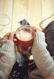 Ragazza con una tazza di caffè Fotografia Stock Libera da Diritti