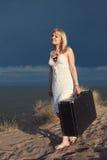 Ragazza con una valigia Immagini Stock Libere da Diritti