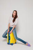 Ragazza con una valigia gialla Immagine Stock Libera da Diritti
