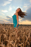Ragazza con usura di stile casuale contro il cielo di tramonto Fotografia Stock