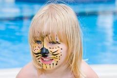 Ragazza con vernice sul suo fronte Fotografia Stock