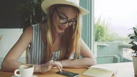 Ragazza confusa che chiacchiera sul telefono cellulare con l'amico La donna scrive il massaggio sullo smartphone in caffè stock footage