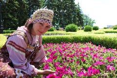 Ragazza in corona dei fiori e vestiti tradizionali Fotografia Stock
