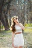 Ragazza, corona floreale e foresta della molla Immagini Stock
