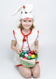 Ragazza in costume del coniglio con un canestro delle uova di Pasqua Fotografia Stock