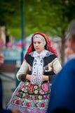 Ragazza in costume piega del villaggio Vlcnov Immagine Stock