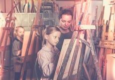 Ragazza d'aiuto dell'insegnante femminile durante la classe della pittura Immagine Stock Libera da Diritti