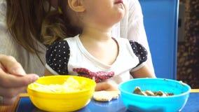 Ragazza d'alimentazione della madre video d archivio